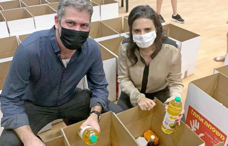 חגים בקורונה: איילת שקד ומתנדבים במודיעין ארזו 15,000 חבילות מזון תרומת רשת יוחננוף